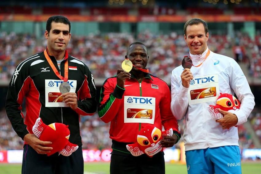 Julius Yego (no meio) quando ganhou o ouro no Mundial de Atletismo, no ano passado