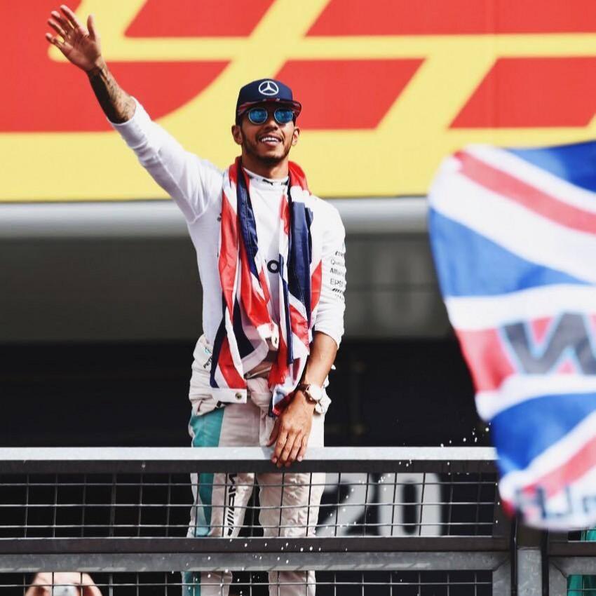Outro nome conhecido do desporto, mas na Fórmula 1. O piloto Lewis Hamilton deseja boa sorte à comitiva do Reino Unido