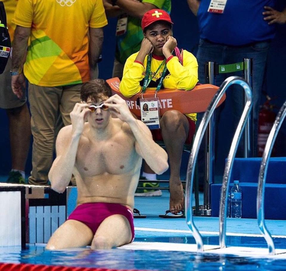 Nadador-salvador na piscina olímpica