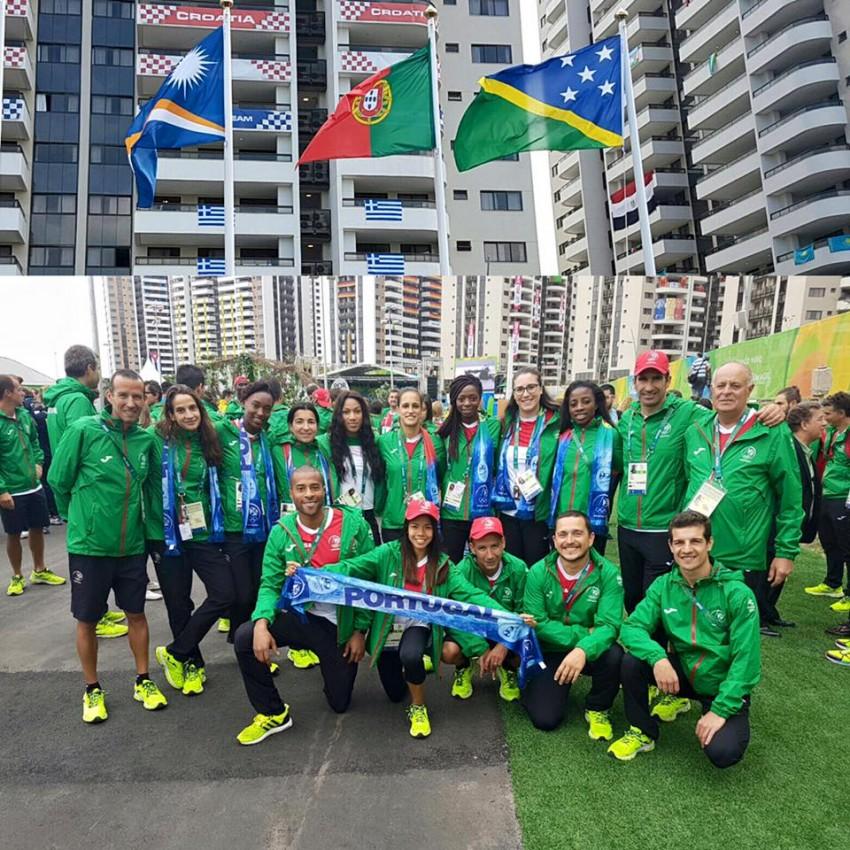 """Nelson Évora mostrou a comitiva no dia em que hastearam a bandeira de Portugal na Aldeia Olímpica. """"Hoje hasteamos a bandeira de Portugal na Aldeia Olímpica!"""", anunciou na altura nas suas redes sociais"""