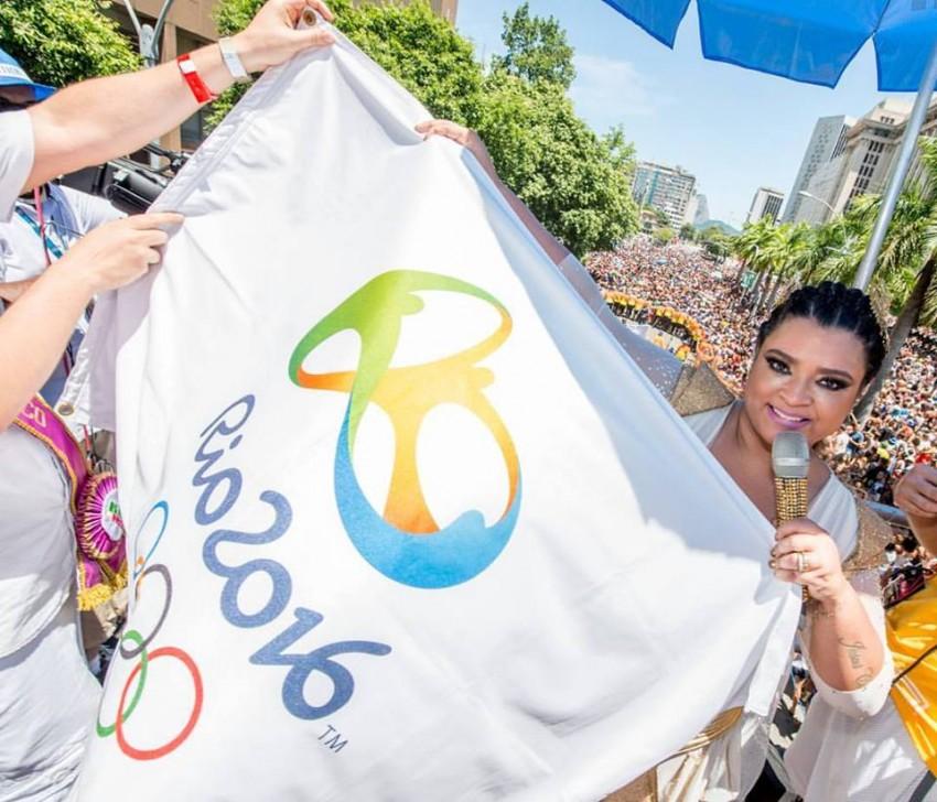 """Outra cantora brasileira, Preta Gil, promete dar música e muito apoio durante o evento desportivo. """"Está aberta a temporada da vitória! De pessoas torcendo por pessoas, da competição pacífica, do sentimento de união. Que venham os jogos da paz"""", anunciou no seu Facebook, onde publicou uma fotografia com a bandeira oficial do evento"""