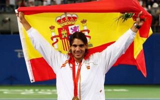O guarda-redes do FC Porto, Iker Casillas, não se esquece do seu compatriota Rafael Nadal. O famoso tenista foi o escolhido para levar a bandeira de Espanha no desfile inicial e Iker Casillas fez questão de assinalar o momento nas redes sociais