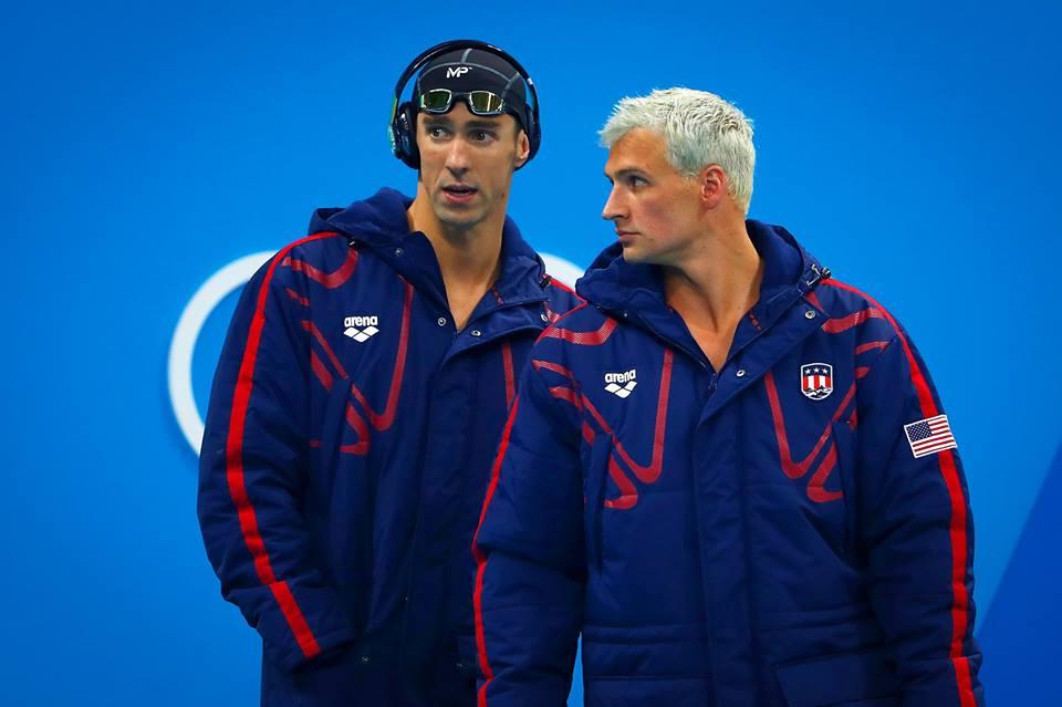 Michael Phelps (à esquerda) e Ryan Lochte