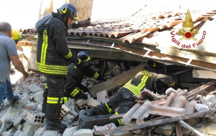 Os bombeiros resgataram com vida uma avó que salvou os dois netos