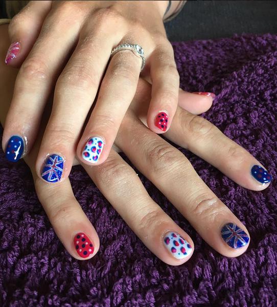 As cores do Reino Unido nas mãos de Laura Trott