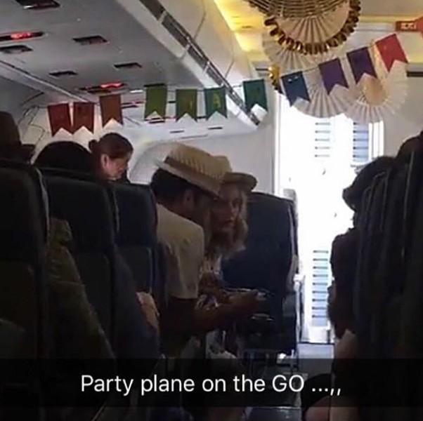 O avião que levou os convidados à ilha todo decorado com bandeirinhas