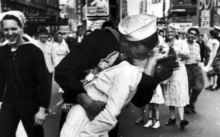 beijo-enfermeira-fim-2a-guerra-mundial-2