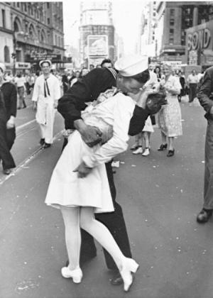 beijo-enfermeira-fim-2a-guerra-mundial
