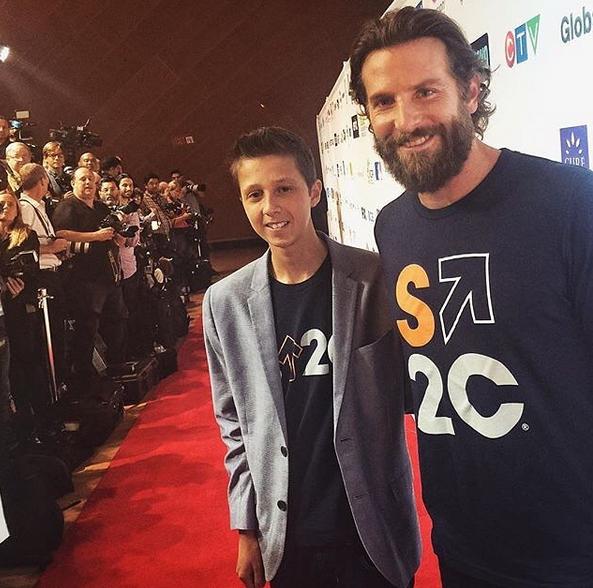 Bradley Cooper com um pequeno grande sobrevivente desta doença