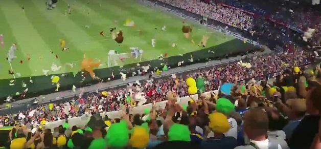 chuva-de-peluches-jogo-de-futebol-holanda-2