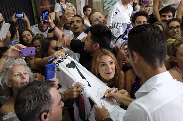 Ronaldo a dar autógrafos durante a promoção do seu perfume 'Legacy'