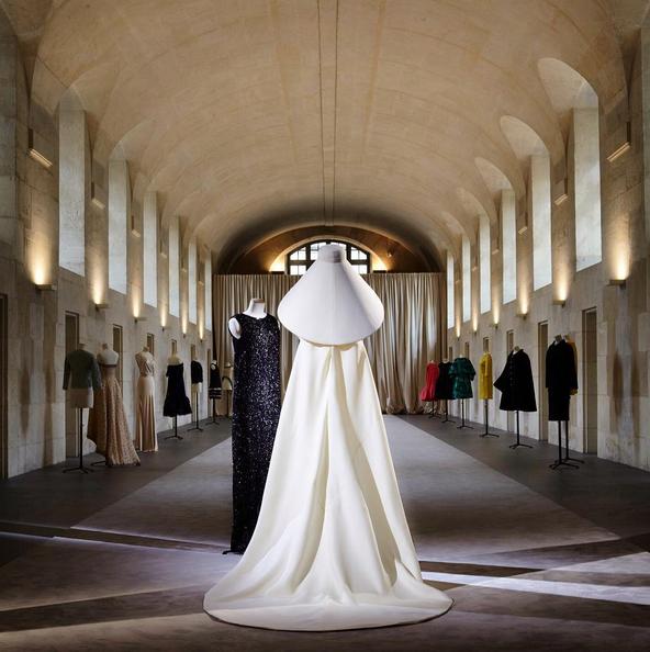 Pormenores das peças de roupa Balenciaga presentes na exposição