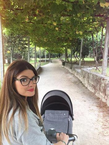 Irene gosta de passear com o bebé pela cidade