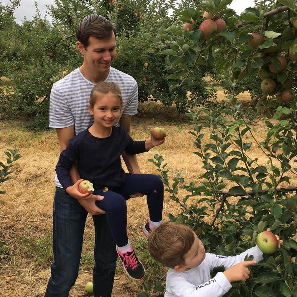 Jared Kushner, marido de Ivanka, com os filhos mais velhos