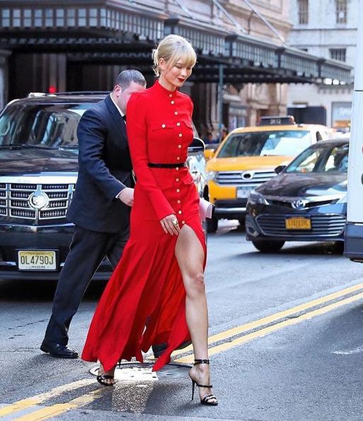 Karlie Kloss optou por um vestido vermelho