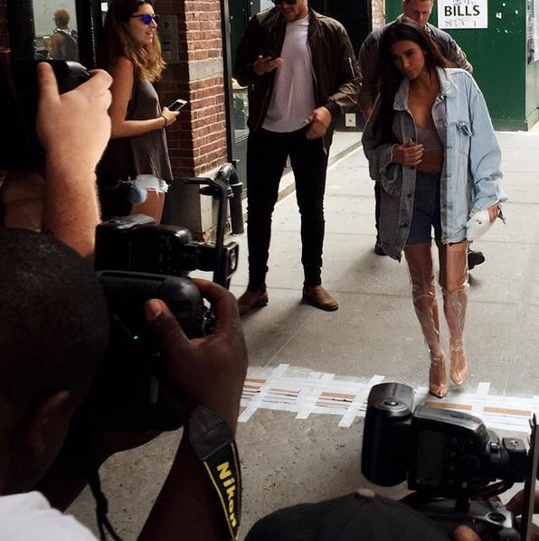 Kim Kardashian botas transparentes 3
