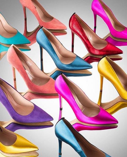 Os sapatos são de salto alto e coloridos