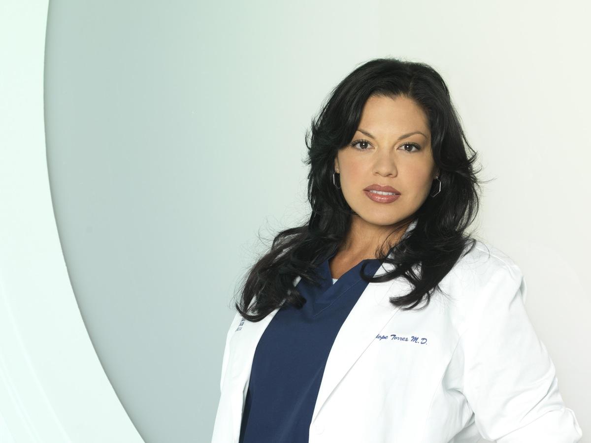 Atriz Sara Ramirez de 'Anatomia de Grey' corta cabelo por uma causa