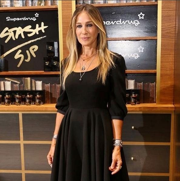 O vestido preto que usou na apresentação do seu perfume unissexo