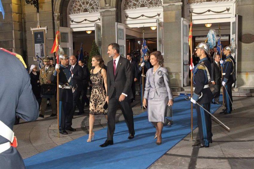 À saída, junto à rainha Sofia