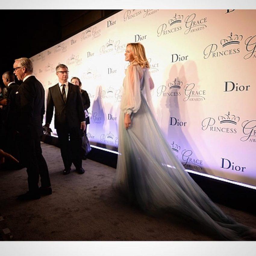 Dee Ocleppo, mulher de Tommy Hilfiger, optou por um vestido Marchesa