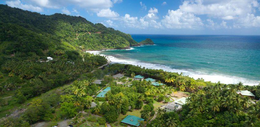 """Dominica é uma ilha nas Pequenas Antilhas, Caraíbas. """"Se Cristóvão Colombo levantasse do túmulo e voltasse às Caraíbas, a Dominica seria a única ilha que ele iria reconhecer nos dias de hoje"""", escreve a Lonely Planet, referindo-se às inúmeras praias desertas. Aproveite agora porque em 2018 a ilha irá ter vários complexos turísticos e hoteleiros que podem desvirtuar a paisagem"""