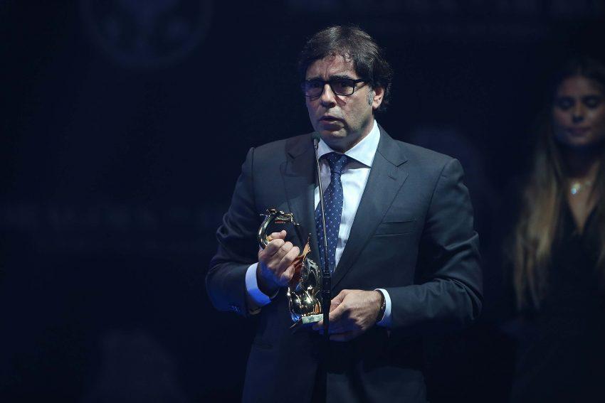 Vítor Hugo com o troféu