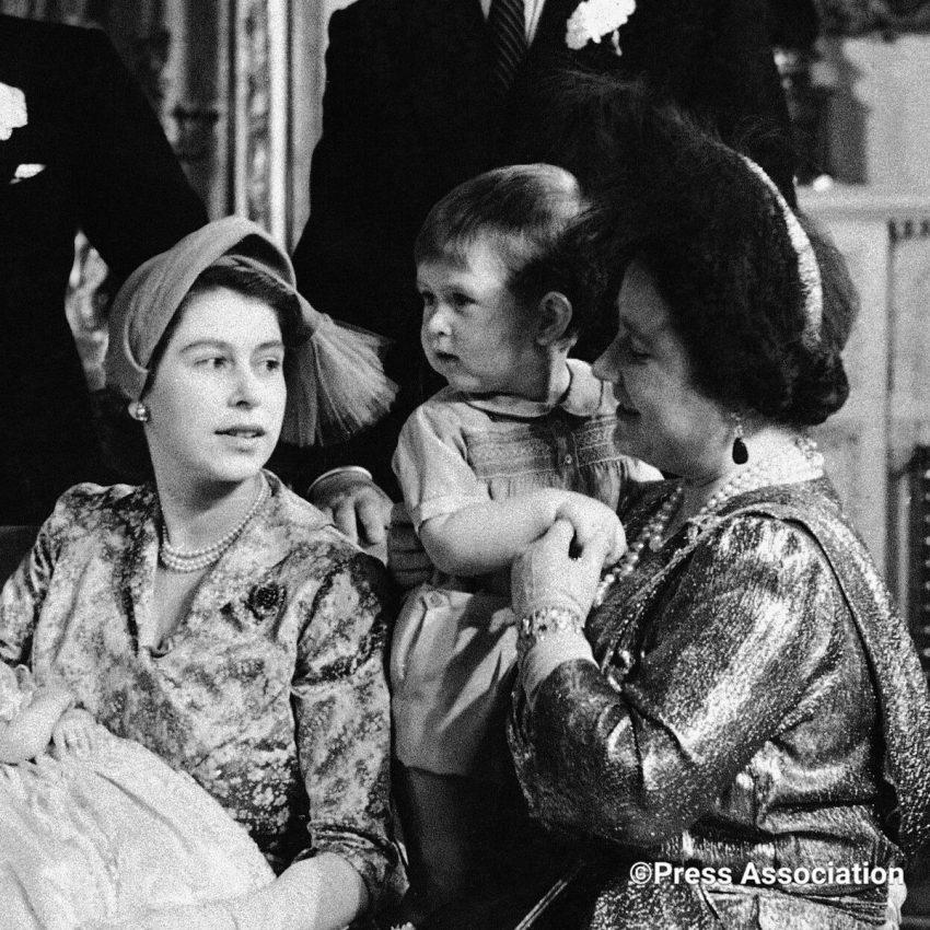 Rainha Isabel II, o filho Carlos e a Rainha Mãe