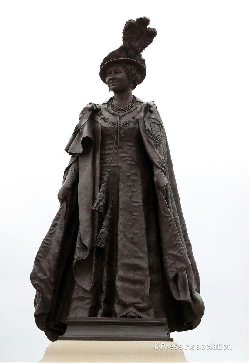 A estátua fica na praça com o mesmo nome 'Queen Mother'