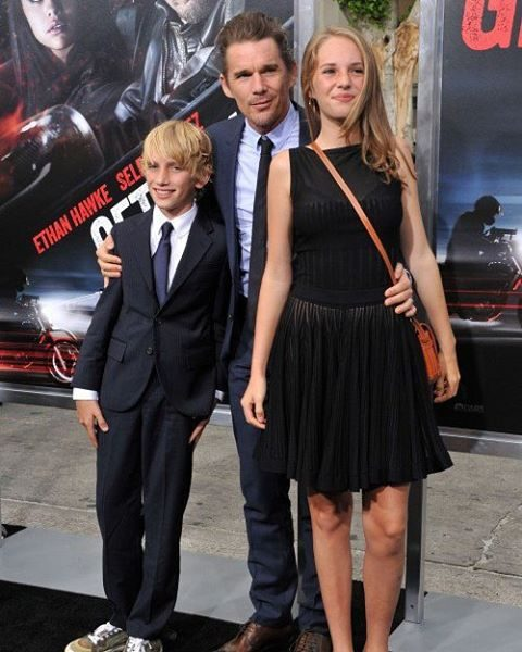 E com o pai Ethan Hawke e o irmão Levon