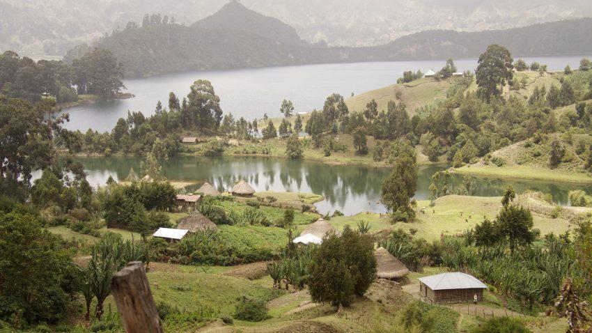 Etiópia, ou o seu lago Wenchi (na foto), já era um destino de férias para os mais aventureiros. A Lonely Planet recomenda a cordilheira do Simien (e suas tribos africanas), um antigo mosteiro que fica no meio do lago Tana e a cidade de Lalibela, devido às igrejas talhadas nas montanhas locais
