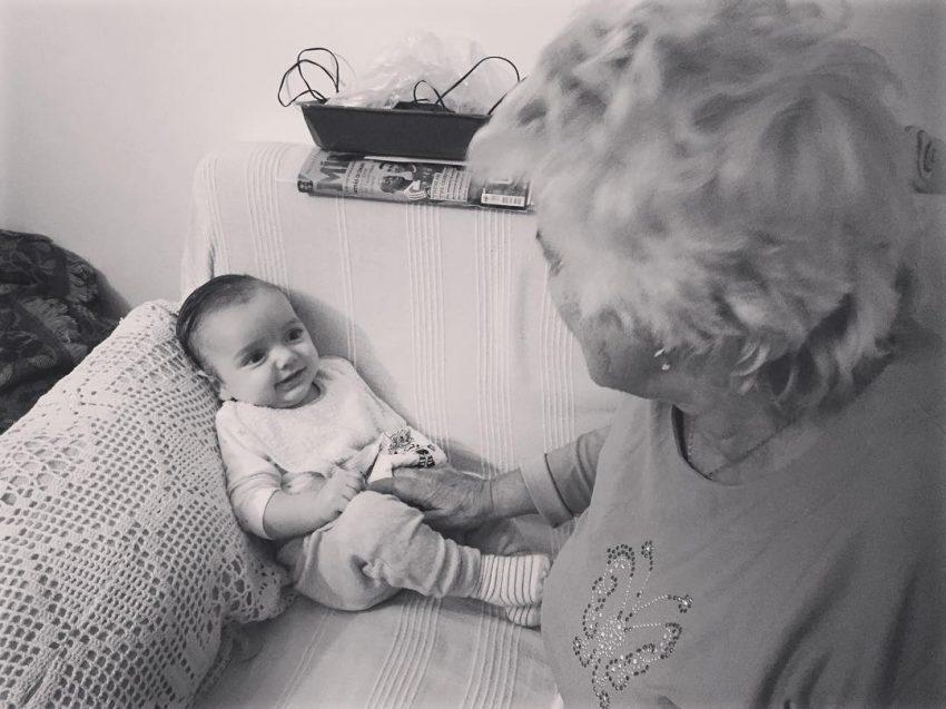 O bebé com a avó da cantora