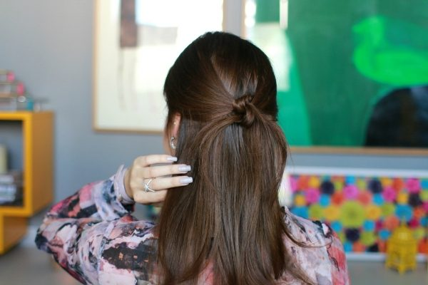 O simples Nó: Puxe duas mechas das laterais da cabeça do tamanho que desejar. De seguida faça, literalmente, um nó junto à nuca. Para finalizar prenda as pontas com ganchos e aplique um pouco de laca para fixar.