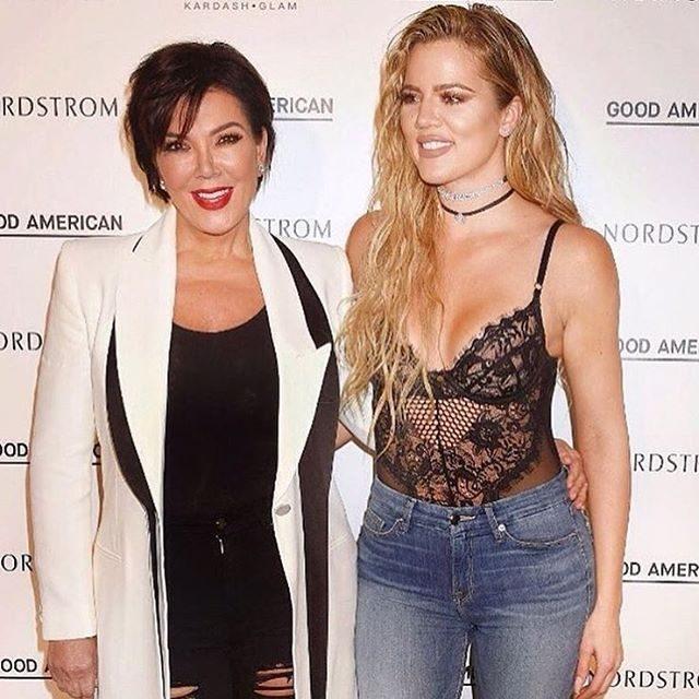 Khloé Kardashian com a mãe Kris Jenner