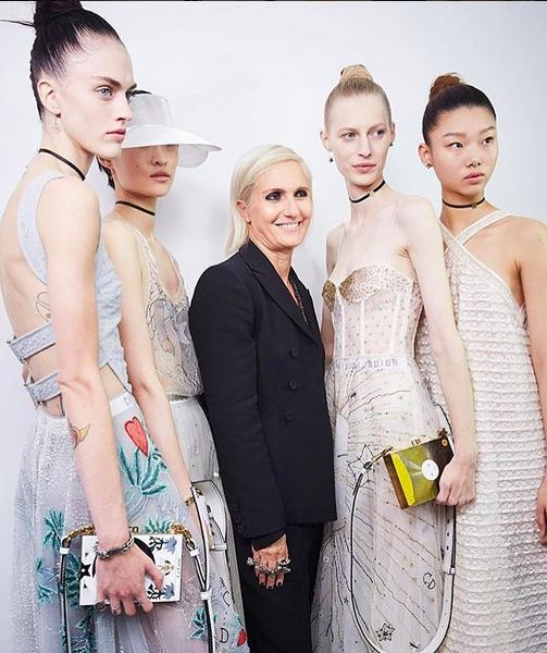 A diretora criativa Maria Grazia Chiuri com algumas modelos