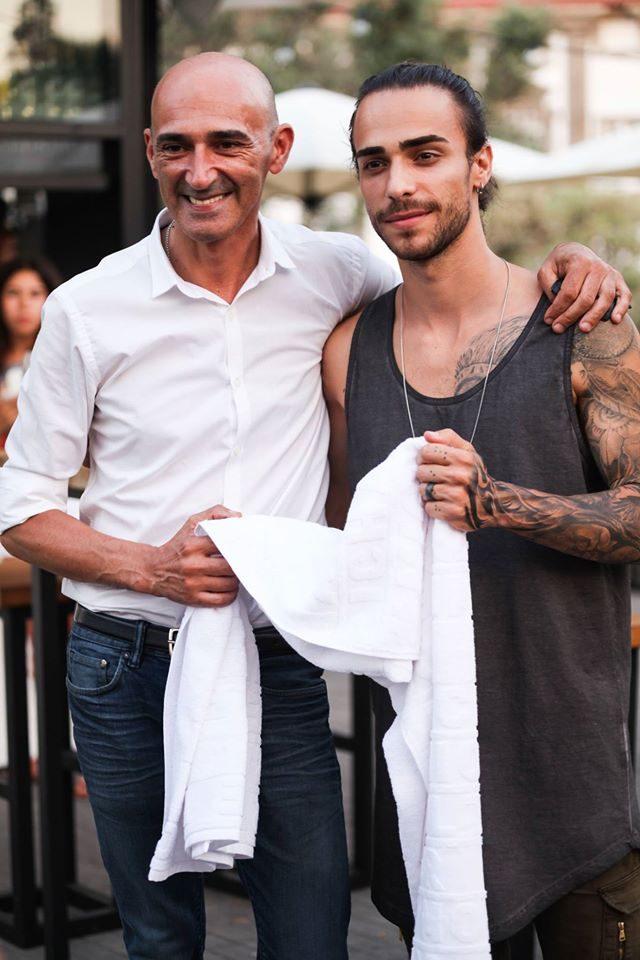 Miguel Vieira, o criador da toalha, com Diogo Piçarra