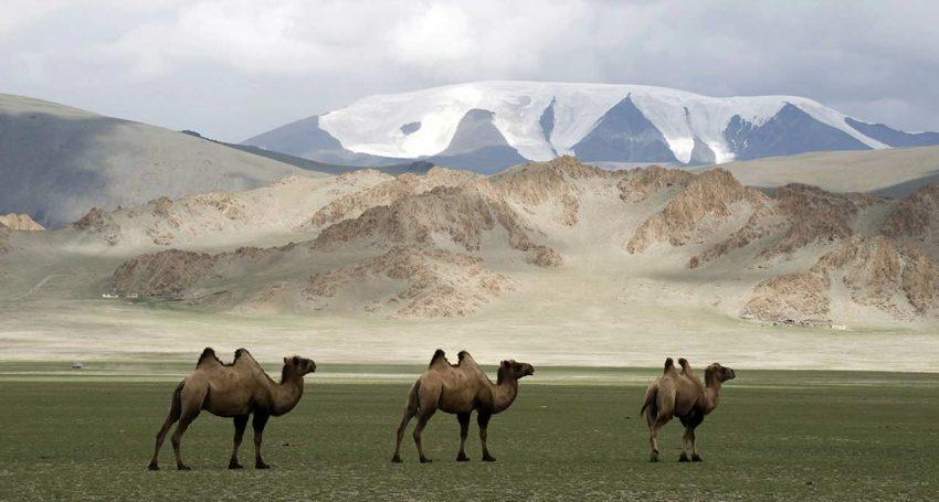 Mongólia, na Ásia Central, mantém as características rurais mas vai ter no próximo ano um novo aeroporto e um complexo turístico na capital, Ulaanbaatar. O  lago Khövsgöl, chamado de 'A Pérola Azul da Ásia', fica a 10 horas de distância da capital mas deve ser visitado, adianta a publicação