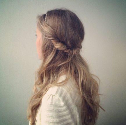 Enrolado na Bandolete: Se gosta de acessórios então este é o penteado ideal para si. Comece por colocar a bandolete elástica e vá puxando em mechas laterais para de seguida enrolá-las no acessório. Pode optar por fazer o mesmo na parte de trás da cabeça ou deixar esse cabelo solto. Finalize com ganchos e laca, de forma a fazer o penteado durar mais.