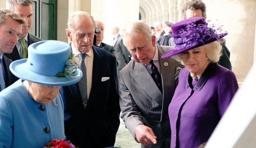 rainha-isabel-ii-filipe-carlos-e-camilla-poundbury