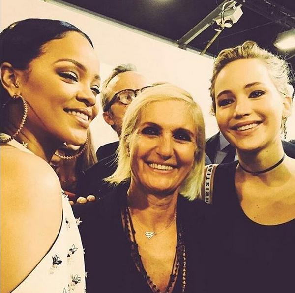 Rihanna e Jennifer Lawrence com a criadora da Dior, Maria Grazia Chiuri