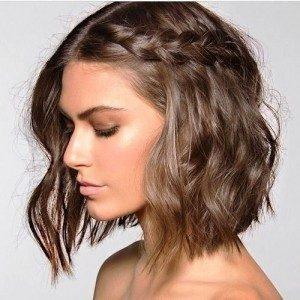 Trança tipo Bandolete: Puxe uma mecha do seu cabelo na lateral da cabeça. Divida-a em três para que possa fazer a trança simples. Prenda o final da mesma com um gancho no meio do resto do cabelo solto.