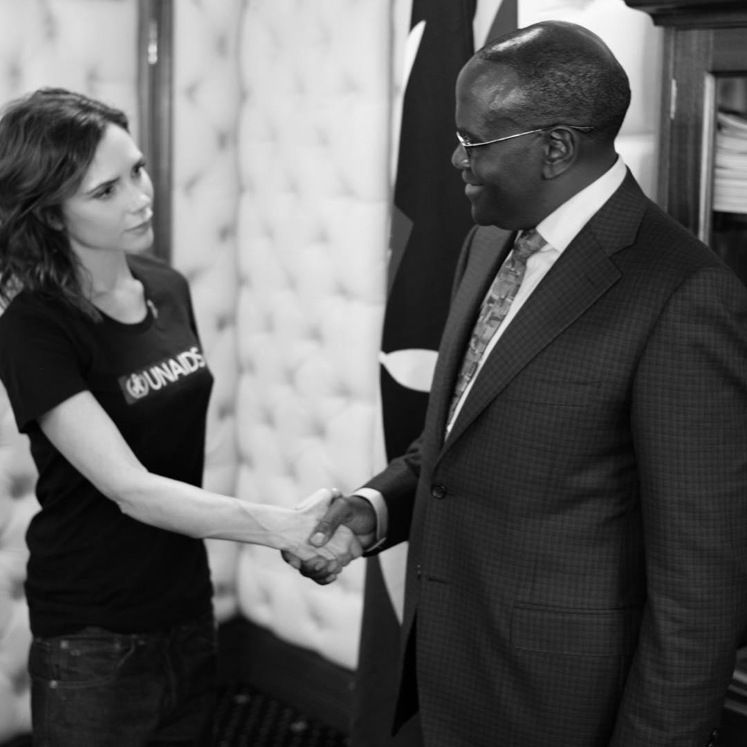 Victoria Beckham e o Ministro da Saúde Queniano C. K. Mailu