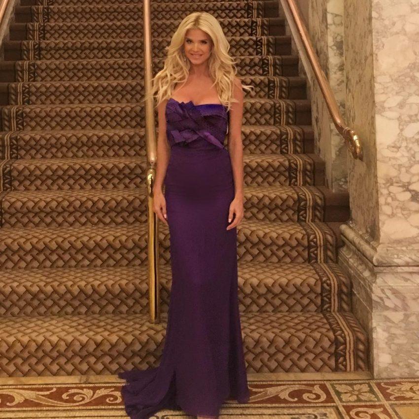 Victoria Silvstedt escolheu um modelo da Versace