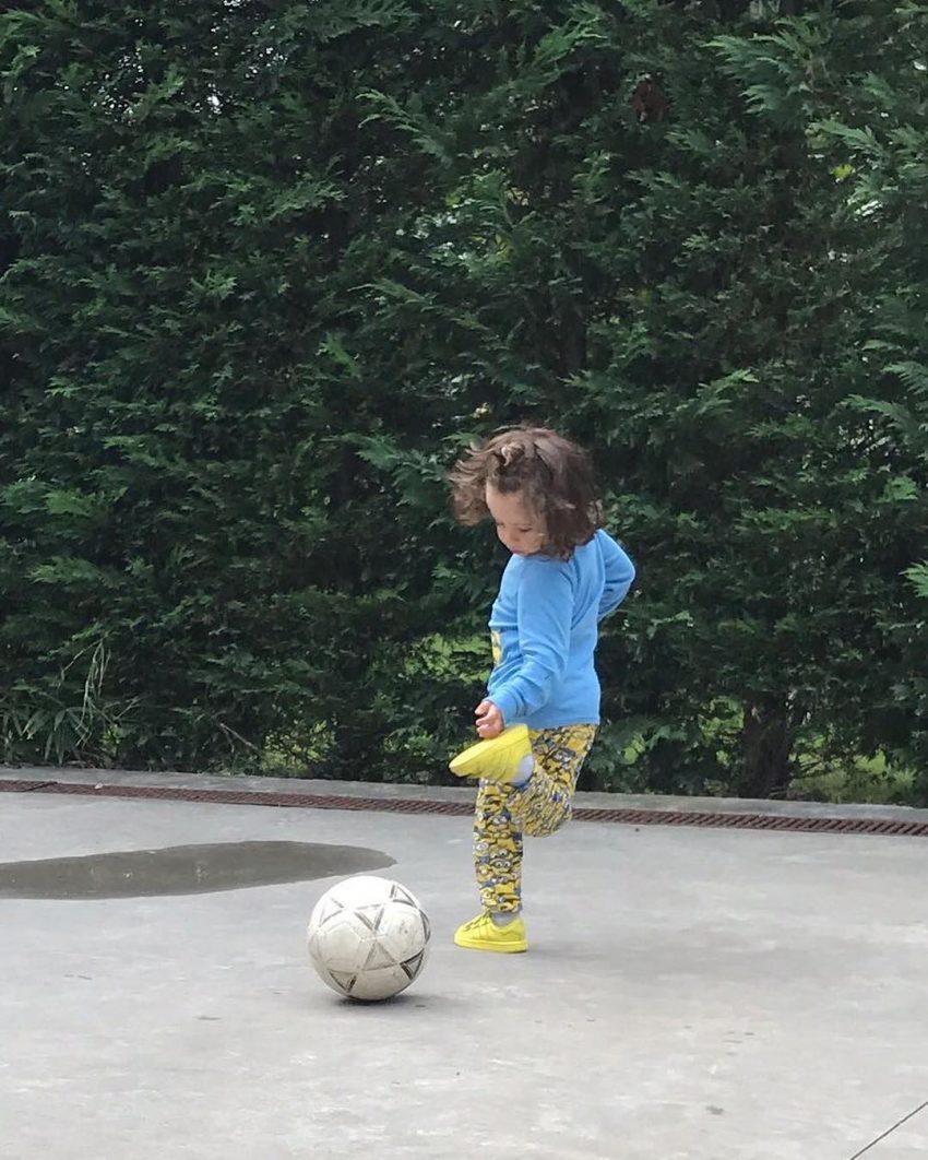 O pequeno Ricardo ainda com o cabelo comprido mostra jeito para a bola