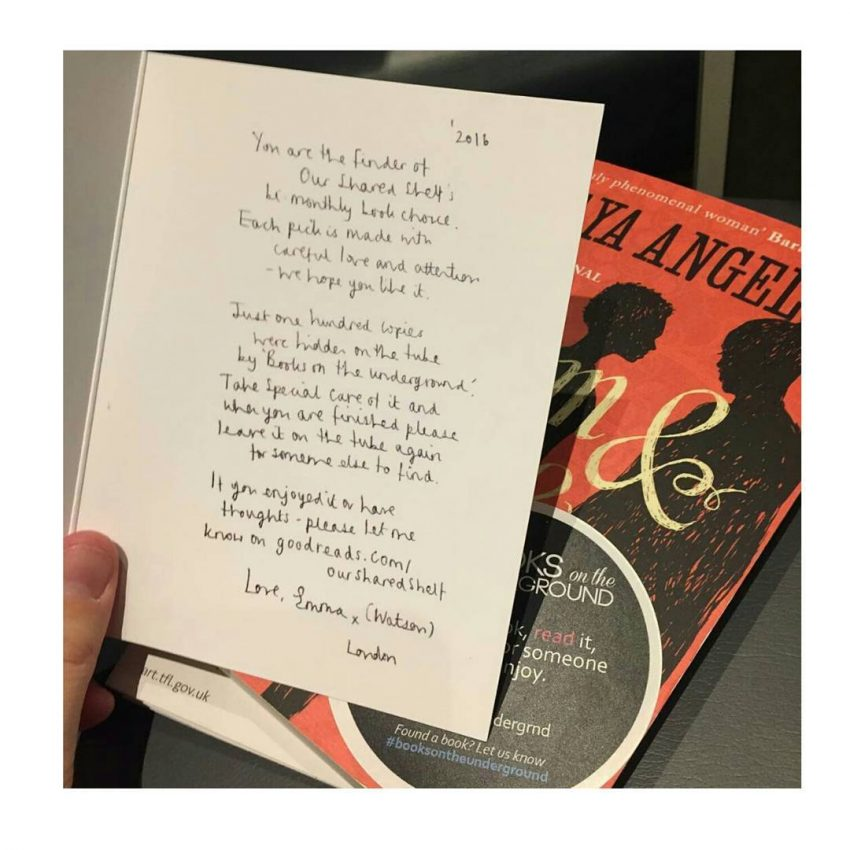 A carta da autoria de Emma Watson encontrada por uma jovem londrina no interior de um livro deixado no metro