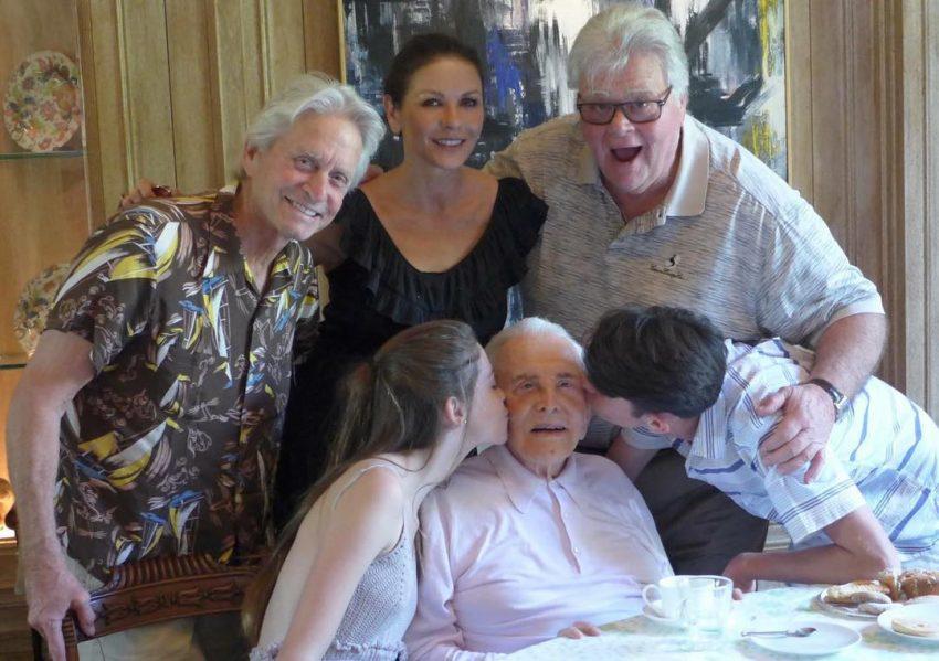 Catherine Zeta-Jones e Michael Douglas com a família