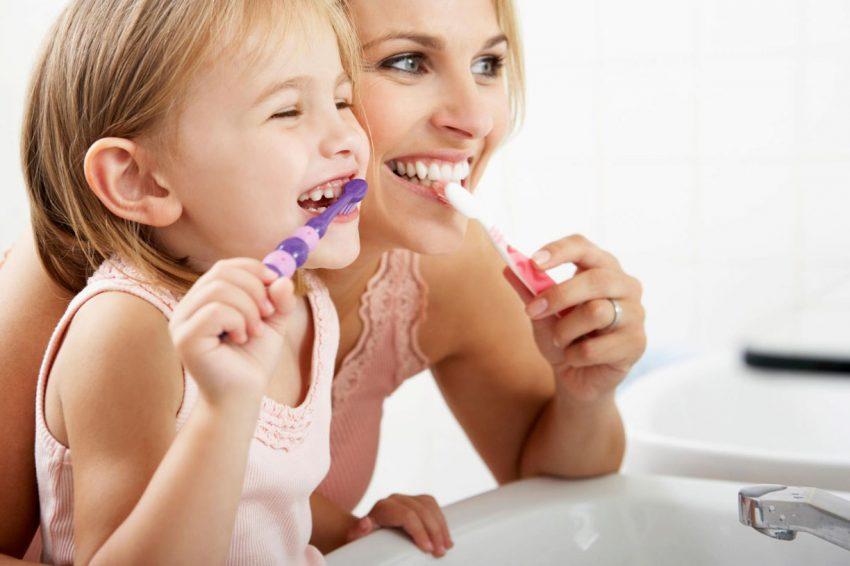 crianca-e-adulto-escovar-dentes