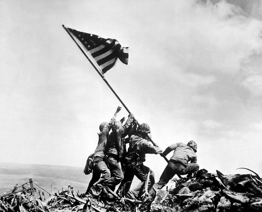 Erguer bandeira em Iowa Jima (1945, Joe Rosenthal)