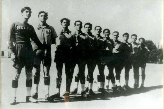 Fidel Castro é o segundo futebolista a contar da esquerda