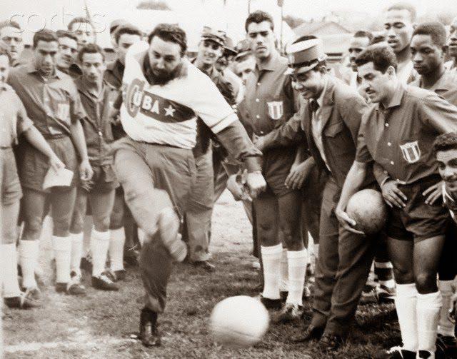Fidel Castro, anos mais tarde, a pontapear a bola